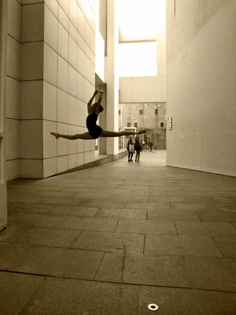 Títol: 180 graus alçats Autor: Emma Louise Tarragón Marriott Categoria: 2n cicle ESO Any: 2014 (3r premi) Centre: Col·legi SIL (Barcelona)