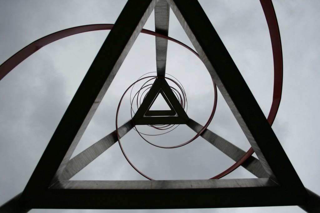 Títol: Abraçada de l´espiral als triangles enlairats Autor: Loli Ojeda Rueda Categoria: Professorat (accèssit) Any: 2008 Centre: IES Can Planas