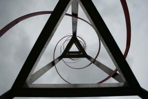 Abraçada de l'espiral als triangles enlairats