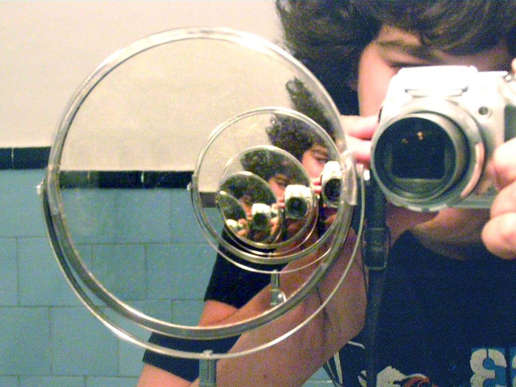 Títol: Progresión geométrica a través del espejo Autor: Emilio Ros Categoria: 2n Cicle ESO (1r premi) Any: 2007 Centre: IES Mediterrània