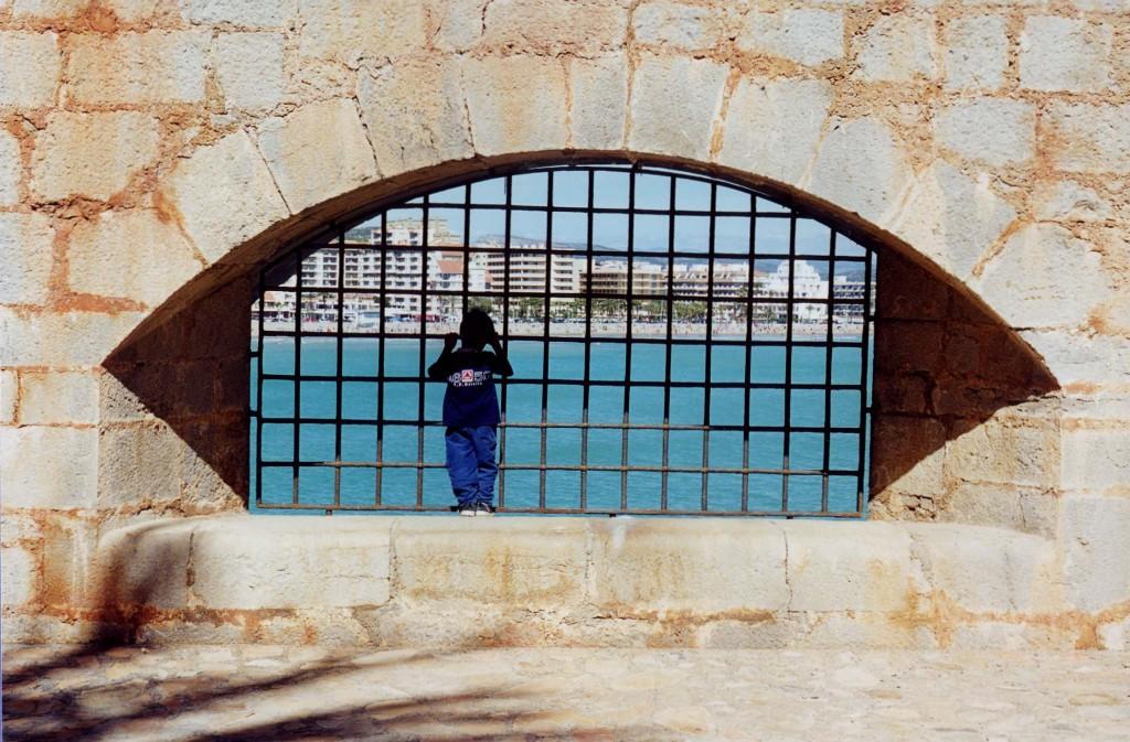 Títol: Mirant el mar pel (6,4) Autor: Santi Vilches Categoria: Professorat (1r premi) Any: 2001 Centre: IES Cardedeu II