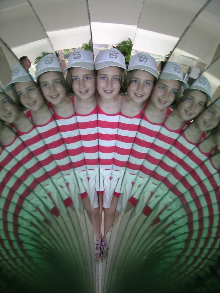 Títol: Simetria Autor: Núria Ticó Pifarré Categoria: Primària Any: 2009 (accèssit) Centre: CEIP  Joc de la bola