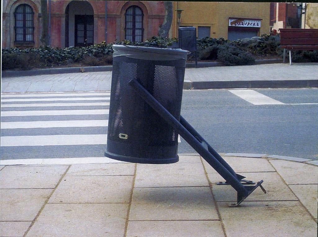 Títol: Cilindre suportat per un angle de 45º Autor: Júlia Subia Surià Categoria: 2n cicle ESO Any: 2005 (accèssit)  Centre: IES Sant Andreu Vallcarça