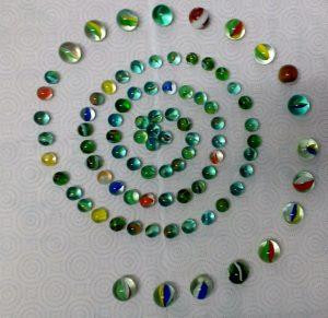 Espiral d'esferes acolorides